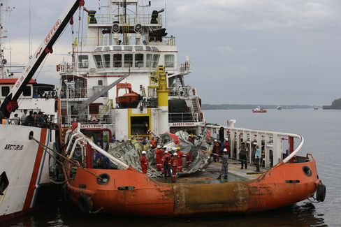 Indonesian Divers Locate AirAsia Black Box
