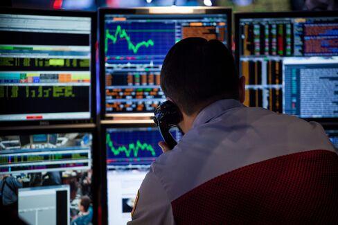 金融端末前のトレーダー