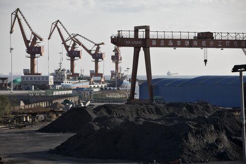 中国の港湾施設に積まれた石炭