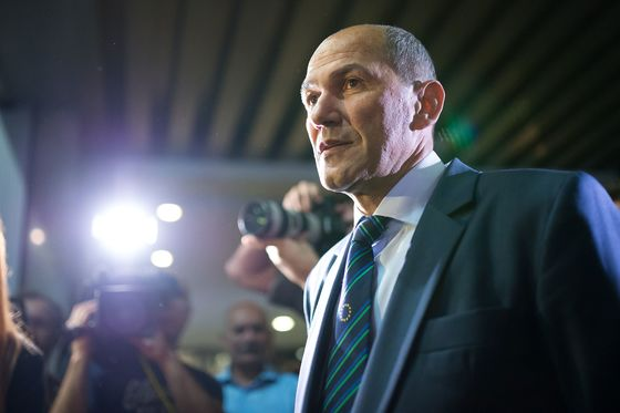 Euro-Area's Slovenia Tries to Avoid Italian Scenario in Vote