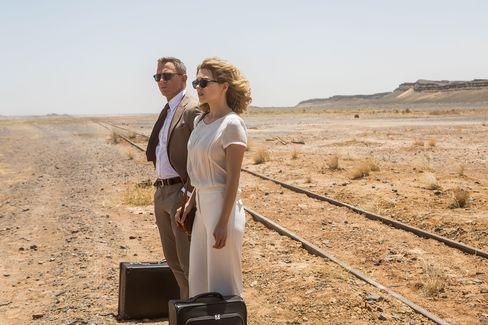 Seydoux's Swann wore Persol sunglasses and had a bespoke wardrobe for her desert scenes. Bond's sunglasses were Tom Ford.