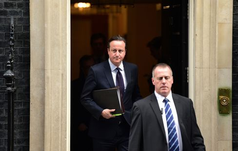 British Prime Minister David Cameron leaves 10 Downing Street in central London on November 26, 2015.
