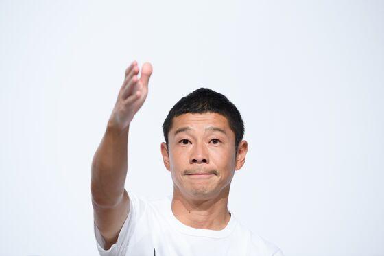 Japanese Billionaire Seeks Crew for 'Fun' Trip Around the Moon