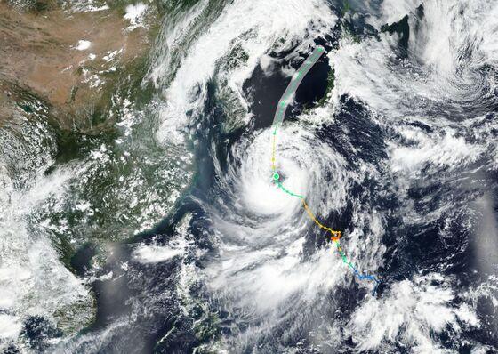 Hundreds of Flights Canceledas StormLashesSouthwest Japan