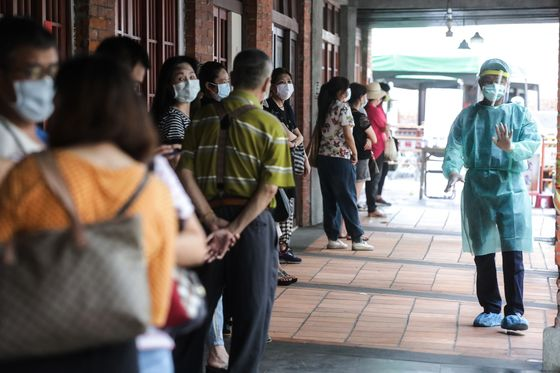 Taiwan Races to Avert Lockdown, Save Covid Success Story