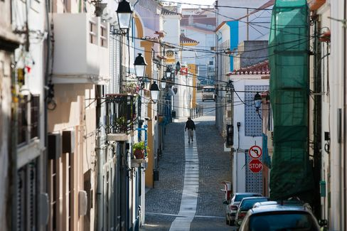 Portugal Notes Rise Before First Sale of 10-Year Debt Since 2011