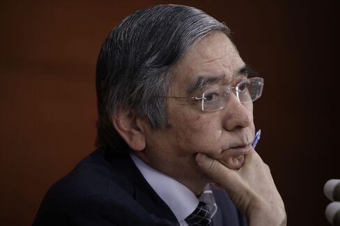 会見する黒田総裁(1日)