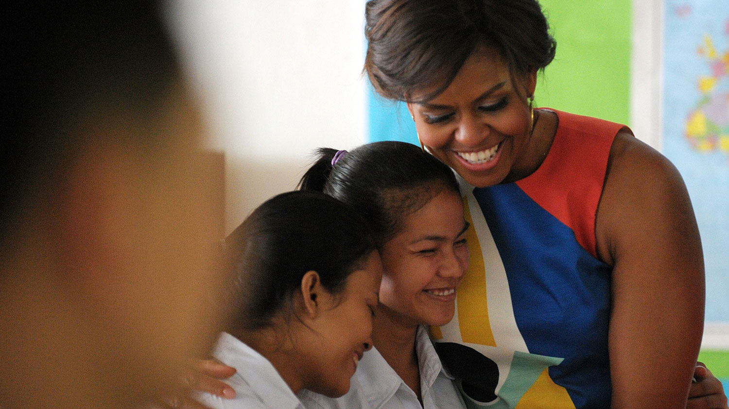 Obama greets students in Cambodia