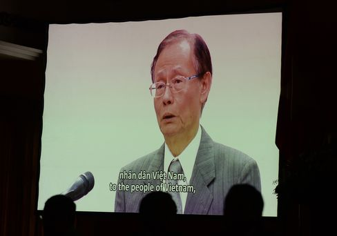 Chen Yuan-Cheng, chairman of Formosa, delivers an apology in a video clip, in Hanoi on June 30, 2016.