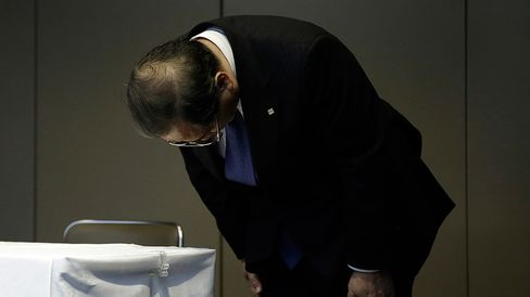 Masashi Muromachi, chairman and president of Toshiba Corp., bows at the end of a news conference in Tokyo, Japan, on Monday, Aug. 31, 2015.