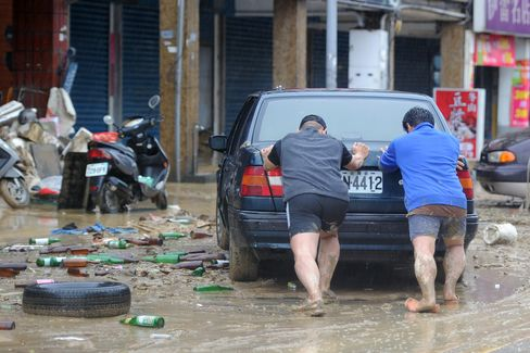 Typhoon Traps 400 in Taiwan, Bypasses Hong Kong