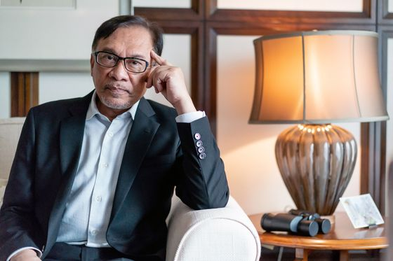 Anwar Looks to Reassure Investors on Canceled Malaysia Projects