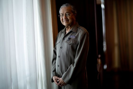 Mahathir Says Ringgit Fair Value Is Same as Asia-Crisis Peg