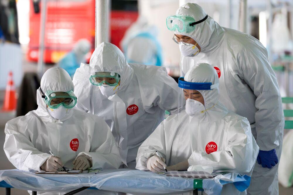Nhân viên y tế làm việc tại trạm xét nghiệm coronavirus tại sân bay quốc tế Incheon ở Hàn Quốc, vào ngày 1 tháng 4. Nhiếp ảnh gia: SeongJoon Cho / Bloomberg