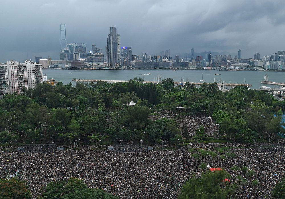 香港は「経済台風」に備えるべきだ、危険度「レベル3」ー財政官 - Bloomberg