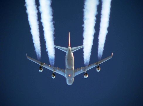 Flugverkehr, Luftfahrt, Ueberflug einer Boeing B747 mit Kondensstreifen