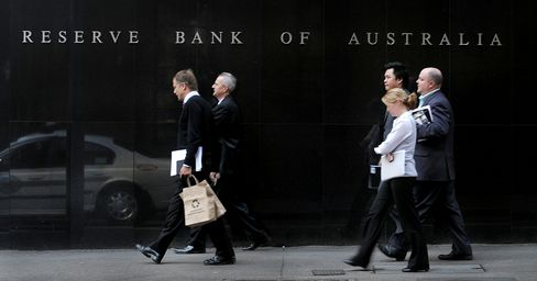 Australians' Confidence Wanes, Wages Gain in Conundrum