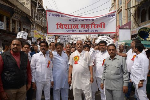 Jewelers hold a rally during their ongoing strike across the