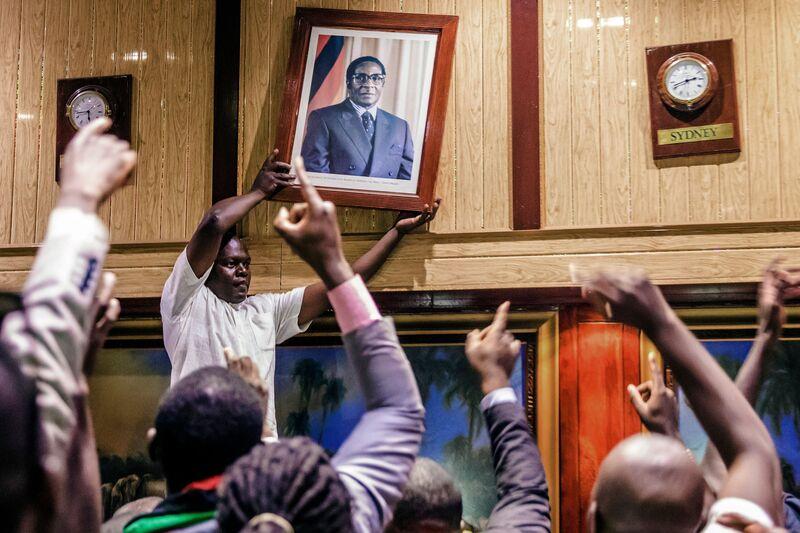 TOPSHOT-ZIMBABWE-POLITICS-RESIGNATION