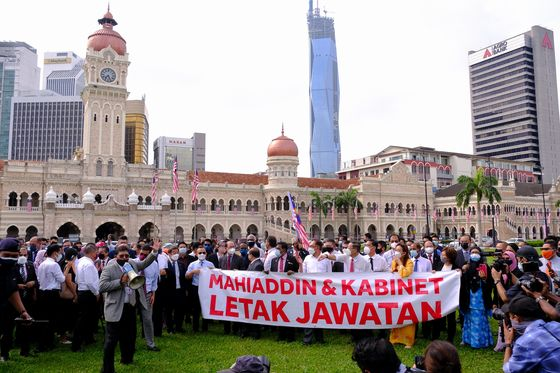 Malaysian Opposition MPs March to Parliament, Demand PM Quit