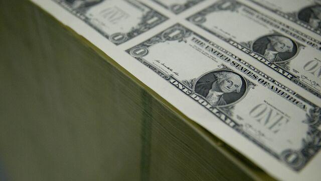 Dollar Drops as Trump's 'America First' Speech Unnerves Traders
