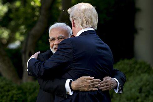 6月にホワイトハウスでトランプと抱き合うインドのモディ首相