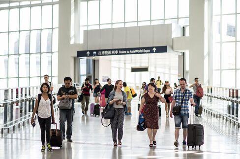 香港国際空港第2ターミナルに到着した乗客