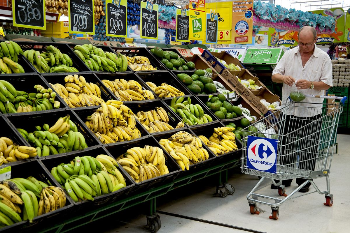 Carrefour's Mideast Operator Is the Frontrunner in Geant Bid - Bloomberg