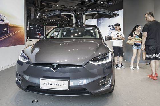 Tesla Model X Now 6% Cheaper at $121,000 in China After Duty Cut