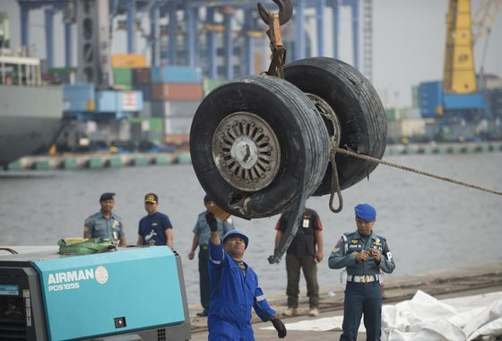 Divers Spot Main Wreckage of Crashed Lion Air Jet in Indonesia