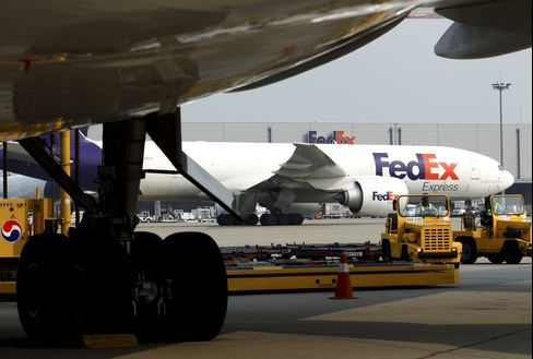 FedEx Cuts Profit Forecast as Express Sales Slump on Economy