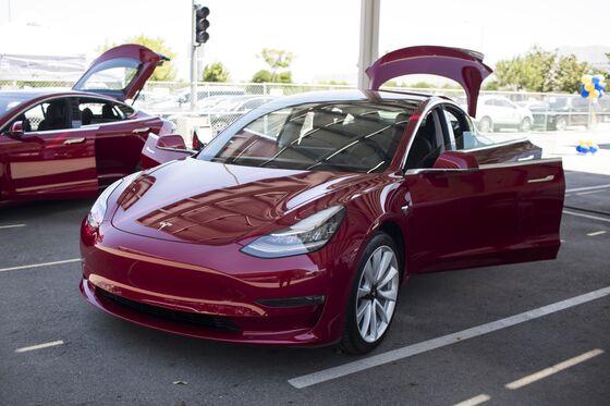 Tesla Starts Deliveries of Dual-Motor Model 3 in July, Musk Says