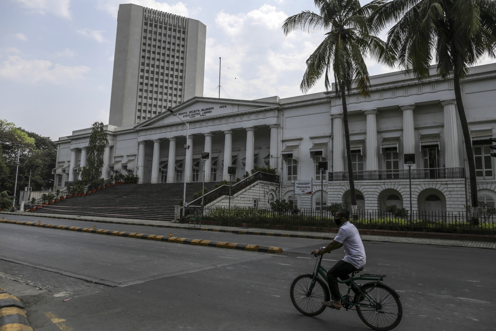 India's RBI Unleashes $50 Billion of Liquidity, Slashes Rate