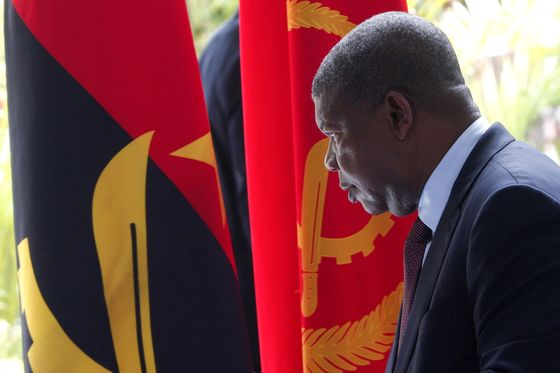 Crowds to See Angola'sLatest Prisoner Show Corruption War Is Serious