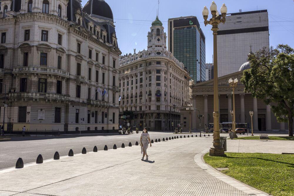 Argentina Sacrifices Economy To Ward Off Virus Winning Praise Bloomberg