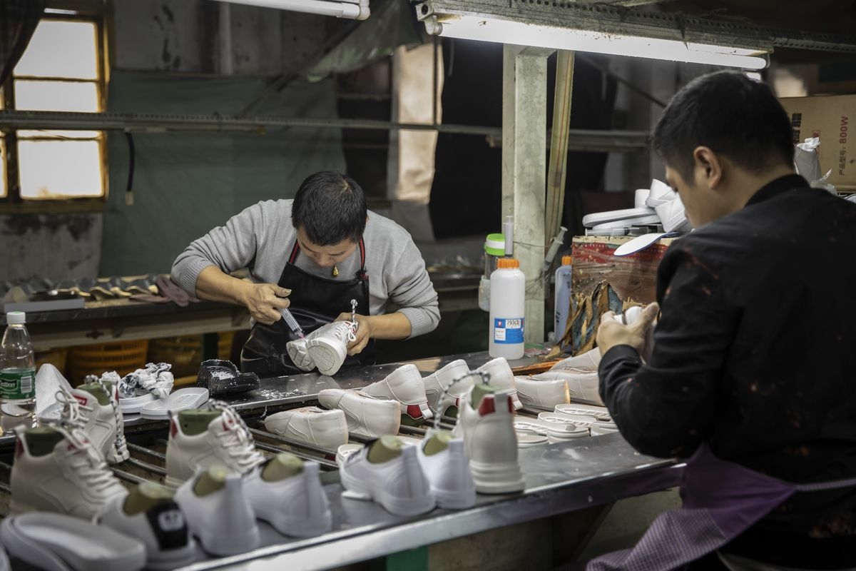 Chinese Factories Hold Up Economic Growth Despite Broad Weakness