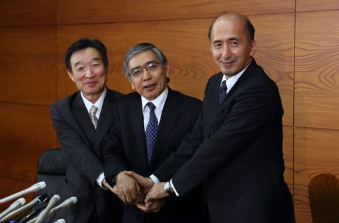 就任時の岩田副総裁(左、2013年3月)