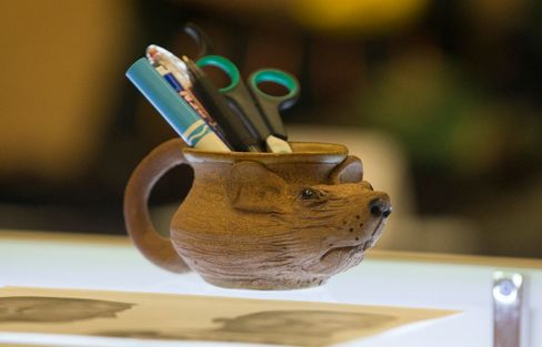The rat mug at the Bulger auction.