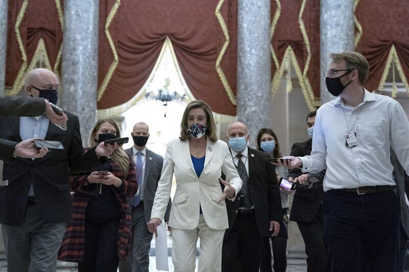 Nancy Pelosi, giữa, nói chuyện với các phóng viên khi đi bộ đến văn phòng của mình tại Đồi Capitol ở Washington, D.C., vào ngày 1 tháng 10. Nhiếp ảnh gia: Stefani Reynolds / Bloomberg