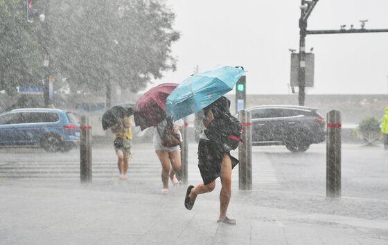 Shanghai Halts Some Port Operations and Flights on Typhoon
