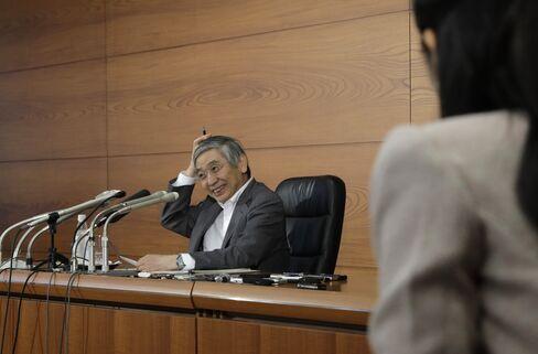 笑みを浮かべながら記者の質問に答える黒田日銀総裁