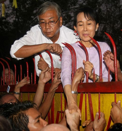 Aung San Suu Kyi with Htin Kyaw at her house in 2010