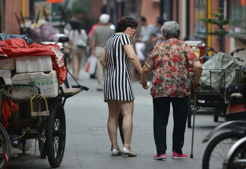 China Children Wash Feet of Retirees to Herald Elderly Care Law