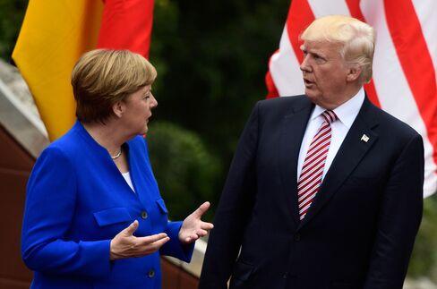 G7サミットでのメルケル独首相とトランプ米大統領