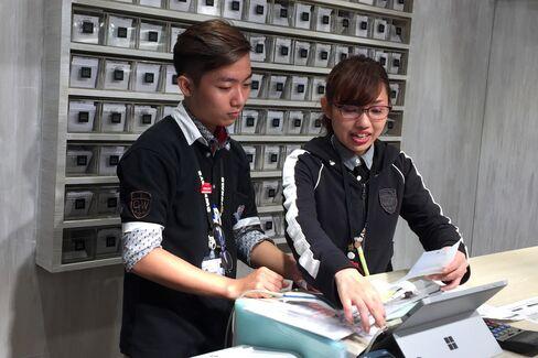 ホーチミン市で働くオンデーズ・中谷さん(右)
