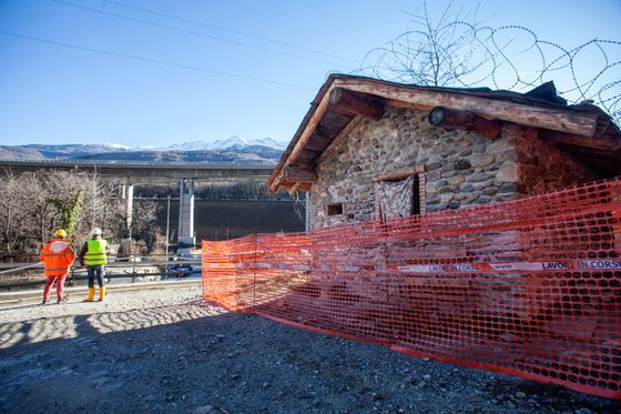 The Tunnel, the Hut and the Face-Off Menacing Italy's Coalition
