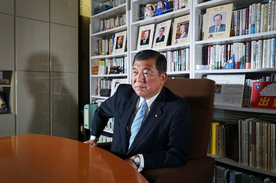 Abe Rival Faults Plan to Fast-Track Japan Constitution Changes