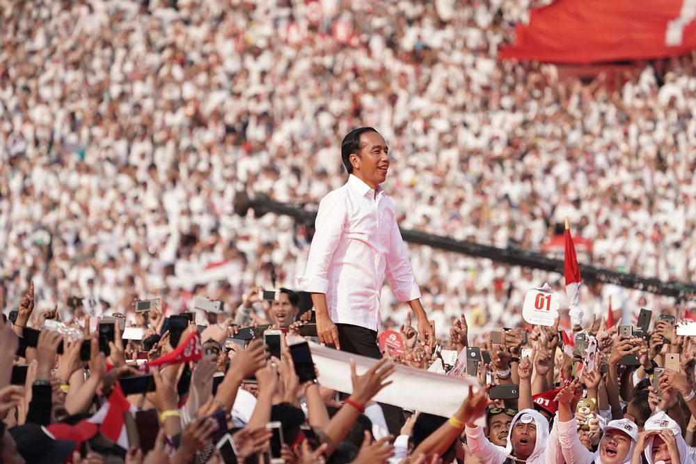 Jokowi Uses Election Win to Tackle Indonesia Growth Risks