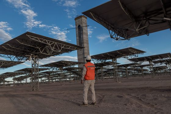 Rising From the Desert, Solar-Thermal Giant Defies Musk Battery