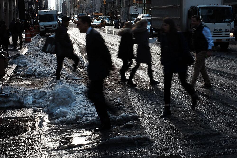 New York Faces Slushy Mess as Storm Grounds Hundreds of Flights